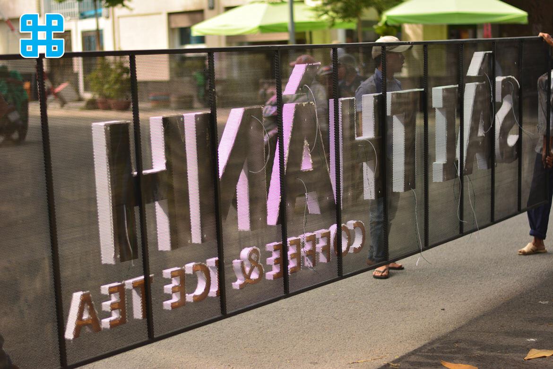 nhân viên Sắc Kim đang tiến hành lắp đặt bảng hiệu quảng cáo