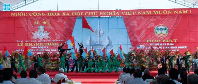 Băng rôn giải phóng miền Nam và quốc tế lao động
