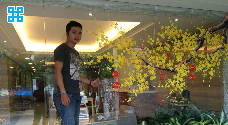 dán thi công hoa mai trên cửa kính