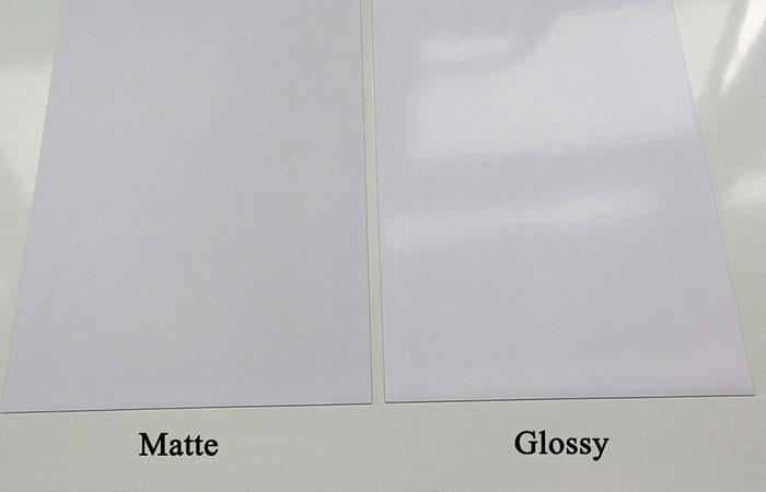 Bề mặt giấy Matte thì nhám còn Glossy thì bóng