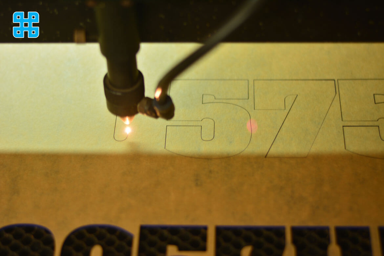 cắt mica laser