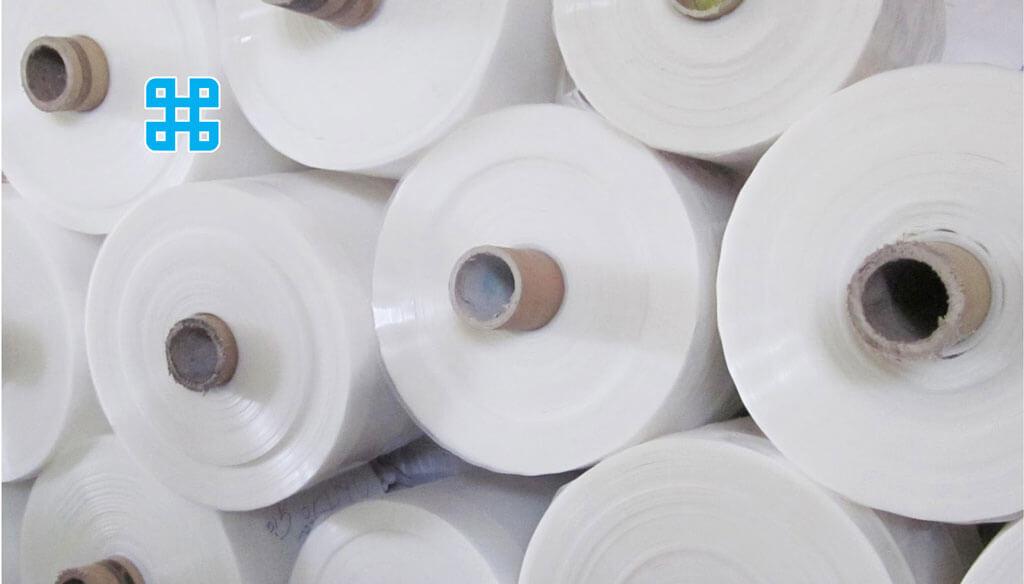 những cuộn màng nhựa pp số lượng lớn đang được cất trong kho