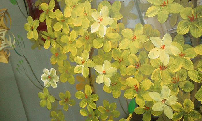 Mẫu hoa mai vẽ trang trí trực tiếp trên cửa kính năm mới