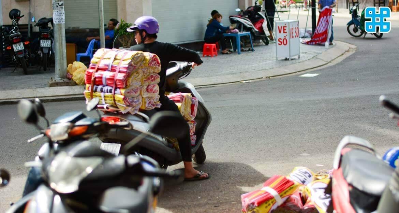 Nhân viên giao hàng tận nhà TPHCM