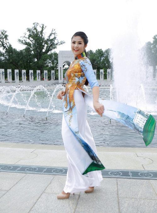 Chất liệu lụa taffeta là lần đầu tiên được nhà thiết kế Lan Hương thử nghiệm in công nghệ in kỹ thuật số trên chất liệu vải này.