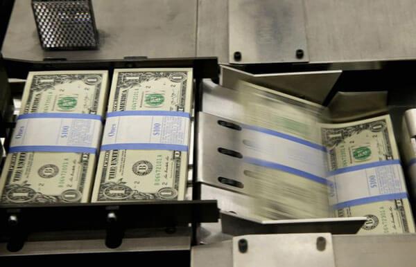 Trong một quy trình khác, các gói tiền sẽ xếp khoảng 100 bó lại và ghi rõ mệnh giá. Mỗi cọc có giá trị khoảng 4.000 USD