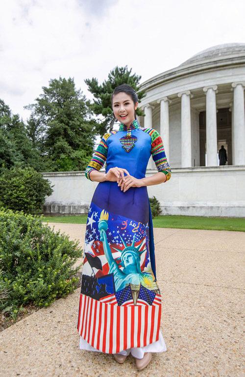 Hình ảnh văn hóa và biểu tượng nữ thần tự do của Mỹ được in trên tà áo dài Việt Nam