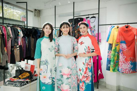 Hoa hậu Ngọc Hân, Mỹ Linh, Thanh Tú khoe dáng với áo dài lấy cảm hứng từ các loại hoa trong một dịp khác