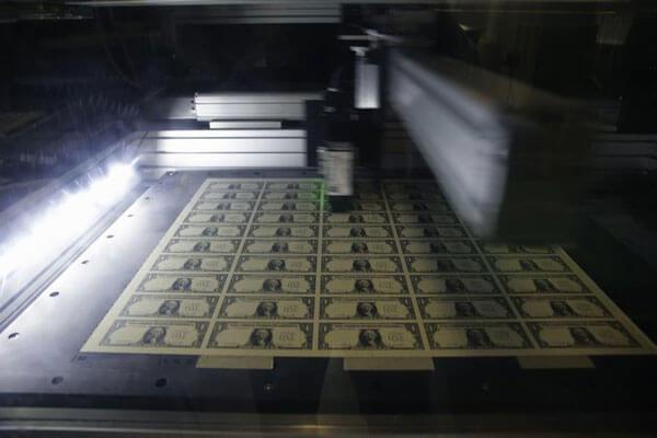 Tiếp theo, tiền sẽ được kiểm tra bằng máy quét quang học để kiểm tra độ đồng nhất. Theo công bố thì máy có tên Nota-Sav sẽ kiểm tra tờ 1 USD. Những tờ tiền có mệnh giá lớn sẽ được kiểm tra bằng hệ thống khác. Vì những đồng tiền cao hơn 1 USD được bảo mật cao hơn.