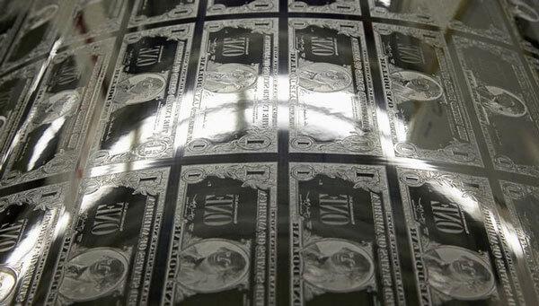 Các tấm thép này dùng làm khuôn in và uốn cong khi lên trục in. Mực dính trên toàn bộ khuôn in sẽ gạt bỏ và lau đi. Chỉ để lại phần mực khắc trên khuôn. Theo thống kê, mỗi ngày nhà máy in tiền in khoảng 3 tấn mực
