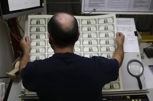 Khi in xong thì tờ tiền sẽ được kiểm tra bằng tay và mắt thường. Những tờ tiền bị lỗi sẽ bị loại bỏ