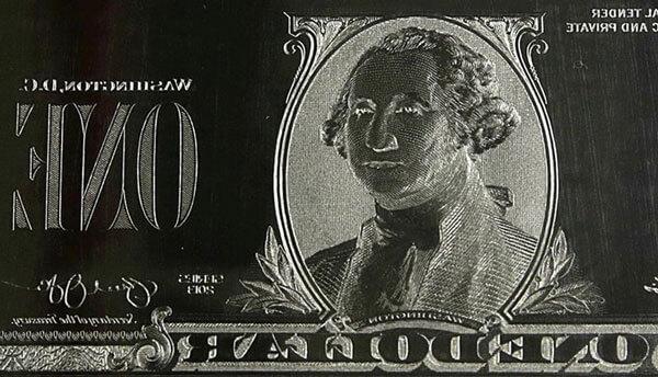 Những hình ảnh in lên đồng đô la sẽ nằm trên những tấm thép khổng lồ. Tất cả quy trình và chất lượng đều giám sát bởi cục in ấn Mỹ. Với 2 cơ sở đặt tại Washington và Texas
