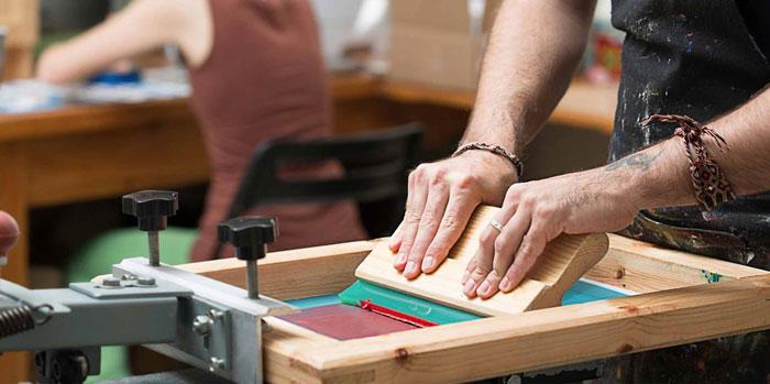 In lụa trên vải theo phương pháp thủ công