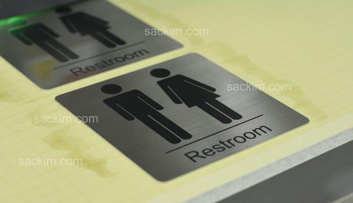 In uv phẳng trên inox làm bảng ra vào WC