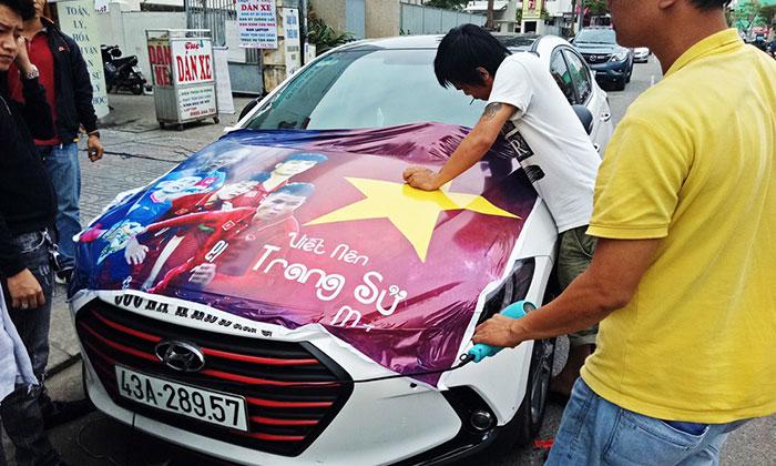Băng rôn treo xe cổ vũ đội tuyển Việt Nam