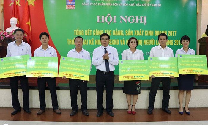 Bảng trao giải thưởng cho các đơn vị đạt thành tích cao