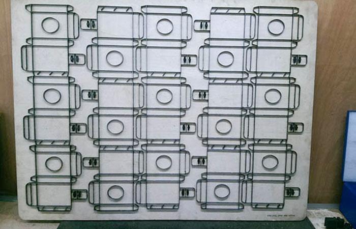 Khuôn bế được vẽ trên máy AutoCad sau đó tiến hành làm